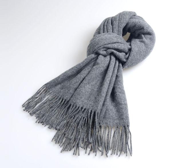 米色和浅灰色围巾搭配