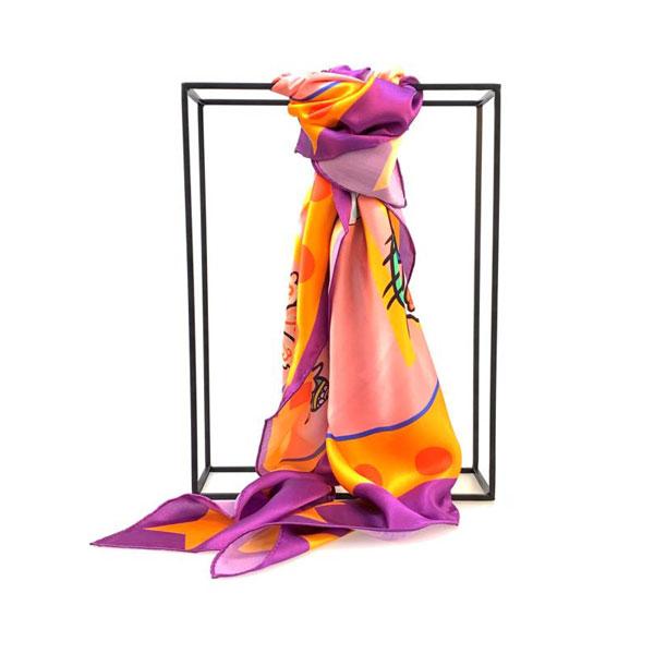带金佩紫丝巾